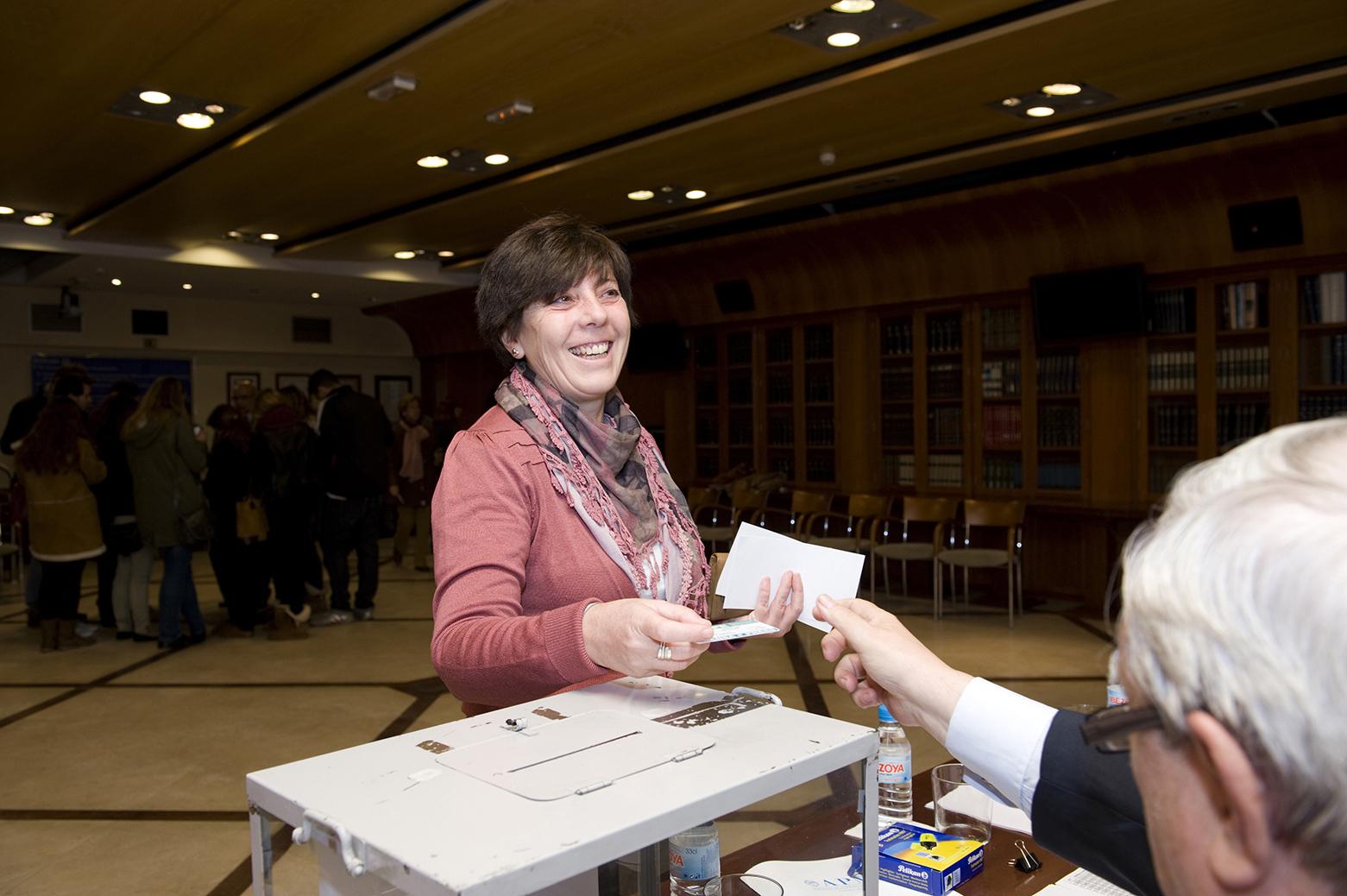 Carmen del Riego, en el momento de ejercer su voto a las elecciones de la APM. Fotos: Pablo Vázquez / APM