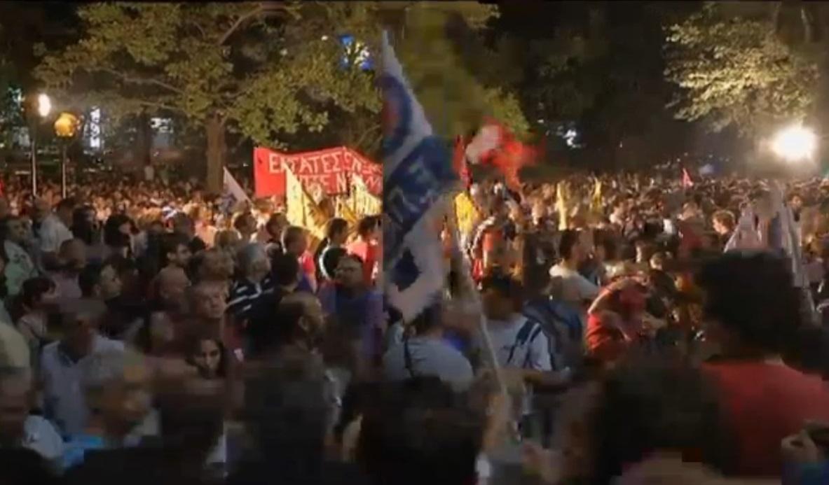 Manifestantes a las puertas de la ERT tras conocerse su cierre. Captura de vídeo.