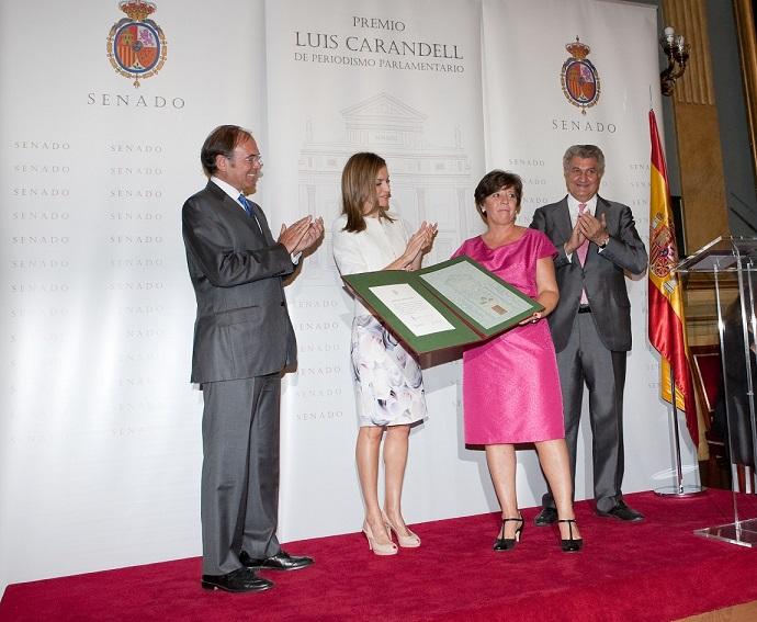 Carmen del Riego recibe el Premio 'Luis Carandell' de Periodismo Parlamentario. Foto: Senado