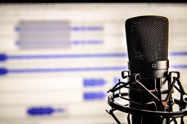 La descarga de pódcast impulsó la audiencia de la radio por internet en el último año, según los datos del AIMC Q Panel